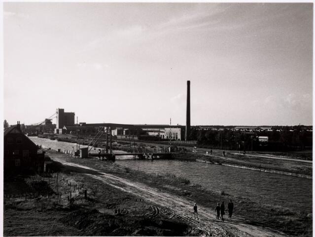 034685 - Wilhelminakanaal ter hoogte van industrieterrein Kraaiven. Links de brugwachterswoning en rechts het complex van wollenstoffenfabriek C. Mommers & Co