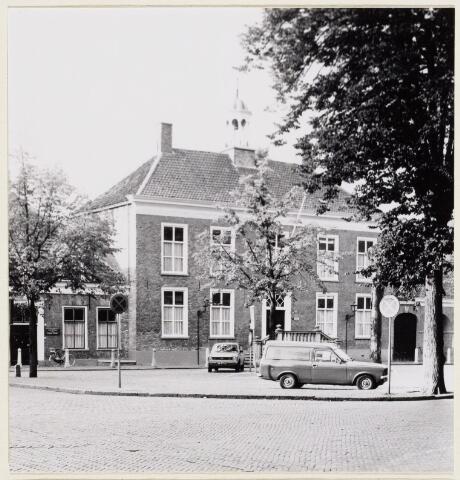 102079 - Pand aan de Heuvel 13 in de zuid wand. Het oude vrijheidshuis dat in 1840 door verbouwing zijn huidige vorm kreeg en dienst deed als raadhuis. Thans is het een bedrijfspand.