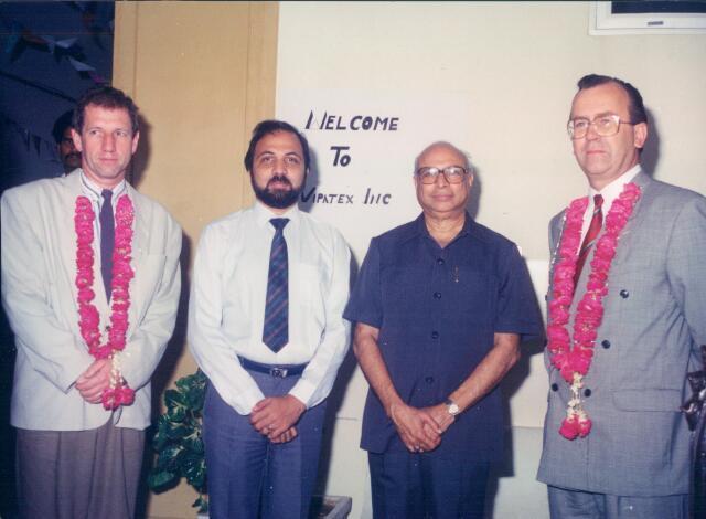 650796 - Kinderkledingfabriek Vilenzo, Tilburg.  De opening van het bedrijf Vipatex in Karachi, Pakistan - van links naar rechts de heer Cees Bles, directeur Vilenzo Internationaal BV, twee Pakistaanse heren, waarschijnlijk de bedrijfsleiders en helemaal rechts de financieel directeur Ton Heeren.