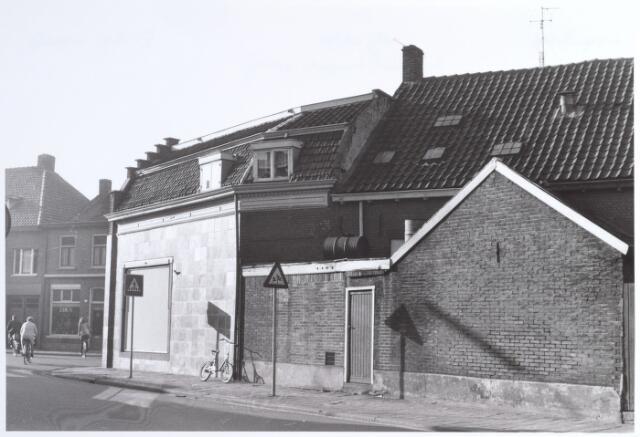 015223 - Voormalige levensmidelenwinkel van André van Hilst op de splitsing Bisschop Zwijsenstraat en Piusstraat (voorgrond)