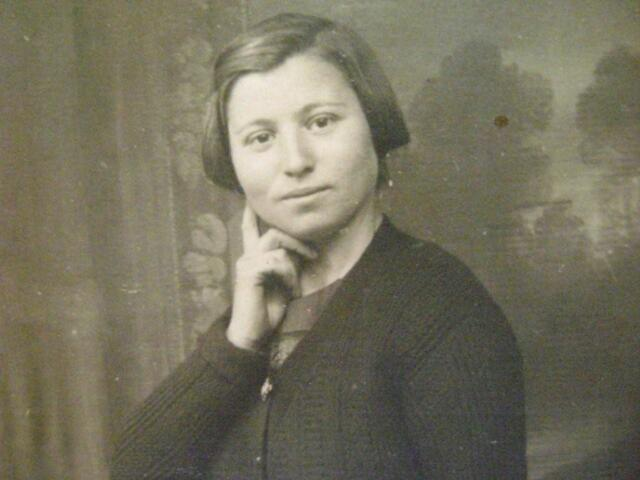 604536 - Paulina Gompers-Hollander, zij werd geboren op 23 september 1905 in Antwerpen (België) en is overleden op 11 juni 1943 in het concentratie-kamp Sobibor, Polen.  Mw. Gompers-Hollander werd met haar dochtertjes Anna (10 jaar) en Maria (6 jaar) gedeporteerd op 9 april 1943. Haar echtgenoot (Joseph Gompers) bevond zich sinds 31 juni 1942 in een werkkamp in Nijverdal en werd vandaar overgebracht naar Westerbork. Hij overleed op 28 februari 1943.