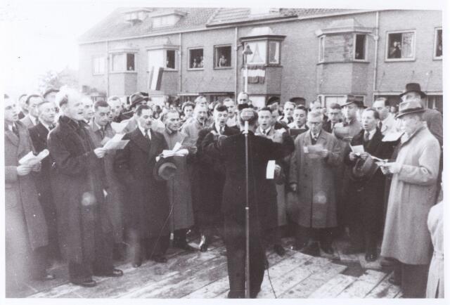 012659 - WO2 ; WOII ; Tweede Wereldoorlog. Herdenking. Gezang bij de inzegening van het gedenkteken voor omgekomen bewoners van de wijken Broekhoven I en II op 25 oktober 1945