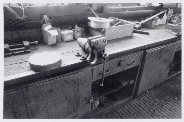 044957 - Interieur van de smederij van de gemeentelijke gasfabriek aan de Lange Nieuwstraat.