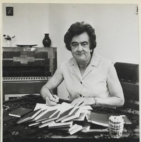 072262 - Kraamverzorgster Catharina Adriana Josephina (To) van Dal, geboren te Goirle op 19 maart 1909. Zij overleed in het St. Nicolaas Ziekenhuis te Waalwijk op 18 mei 1974.