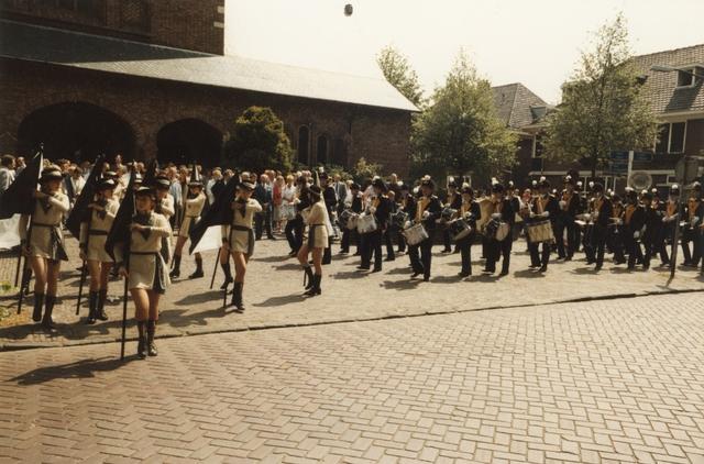 800102 - Sport. Voetbal. Voetbalvereniging R.K.S.V. Taxandria in Oisterwijk. Taptoe voor de Joanneskerk ter gelegenheid van het 40-jarige jubileum in juni 1984.