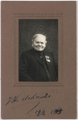 """004822 - Josephus Hendrikus (Jos) de KANTER (Tilburg 1815-1916), boekhandelaar en sinds 1838 koster van parochie St. Dionysius, 't Goirke. De """"Boekhandel Gebroeders De Kanter"""" dreef hij samen met zijn broer Norbertus Nicolaas, die ook nog een wolfabriek had in de Goirkestraat. De Tilburgse Courant meldde op 20-2-1915: """"Vandaag viert de heer Jos. de Kanter zijn 100e verjaardag. Hij is geboren 19-2-1815 te Tilburg in de Veldhovense Hoek. Hij was 75 jaar koster op 't Goirke. Hij kreeg de onderscheidingen: Pro Ecclesia et Pontifice en de zilveren medaille in de orde van Oranje Nassau. Hij was getuige in het zaligmakings-proces van Peerke Donders, die hij goed gekend heeft, en voor wie hij elke morgen de kerkdeur openmaakte. Hij is de zoon van Joh. de Kanter, fabrikant, en Cornelia Dekkers en werd geboren in het huis aan de Veldhoven waar nu aannemer Schoonis woont.""""  Hij was getrouwd met Anna Catharina van den Heuvel (1827-1895)."""