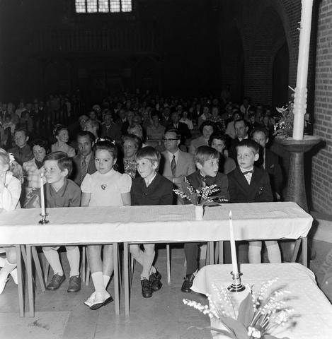 1237_012_983-1_006 - Religie. Kerk. Communicanten. De eerste Heilige Communie in de Maria Boodschap kerk in Goirle in mei 1971.