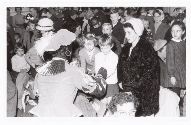 038889 - Volt. Zuid. Ontspanning. Viering Sint Nicolaas voor de kinderen van het personeel in 1959. Sinterklaas. St. Nicolaas