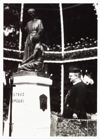 008946 - Onthulling Petrus Donders monument aan het Wilhelminapark,  W. Jonckbloedt, pater redemptorist, houdt de feestrede.