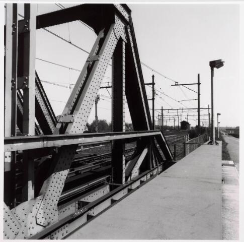 034827 - Spoorbrug over het Wilhelminakanaal nabij de Bosscheweg. Ter hoogte van het huisje de splitsing van de spoorlijn: links  naar 's-Hertogenbosch en rechts naar Eindhoven. Uiters rechts het fietspad naar Oisterwijk