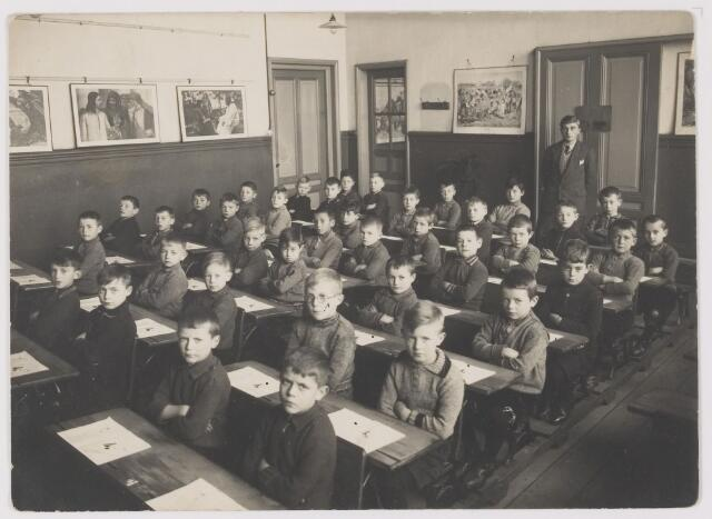 081633 - Klassefoto met meester Kees Baeten