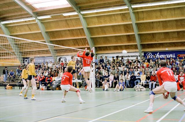 D-000331-2 - Volleybal wedstrijd in een sporthal (bouwbedrijf Pelikaan)