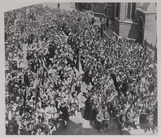042627 - Enorme drukte op de Oude Markt tijdens Julianadag in 1927. Op initiatief van de VVV vond daar een aubade plaats ter gelegenheid van de achttiende verjaardag van prinses Juliana. Rechts op de achtergrond de Heikese kerk