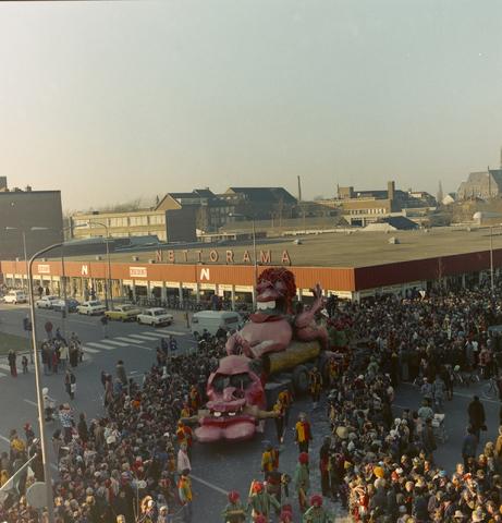 1237_011_825_015 - Carnaval. Kruikenstad. Optocht. D'n opstoet in februari 1975. Op de achtergrond supermarkt Nettorama.