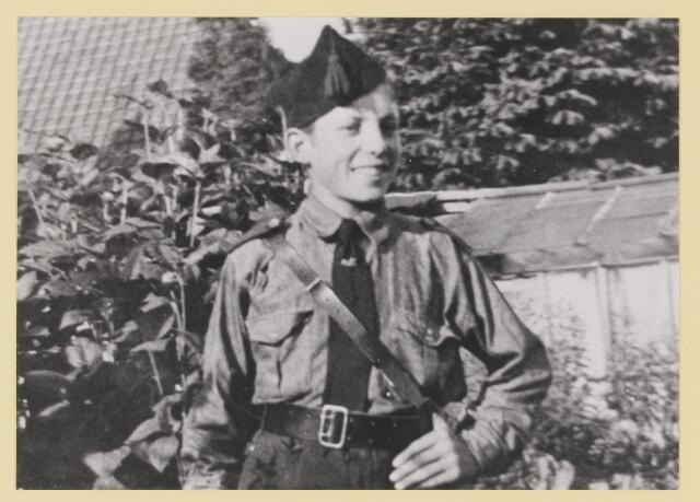 077334 - Arnold Meyer, leider Zwart Front1934 -1941. Jonge fronter in vol ornaat.