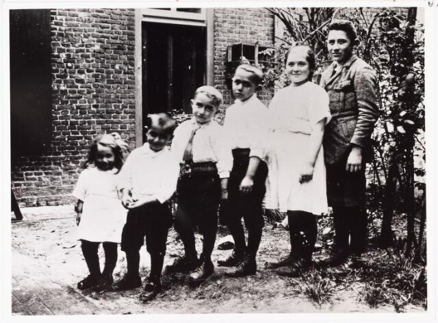 007077 - Familie Van den Hout-Teurlings. Alle kinderen Van den Hout volgens leeftijd op een rijtje.