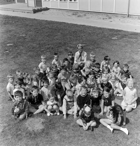 1237_005_190_002 - Onderwijs. Basisschool. Klassenfoto van de Kinderschool in Goirle met juffrouw Appels in juni 1970.