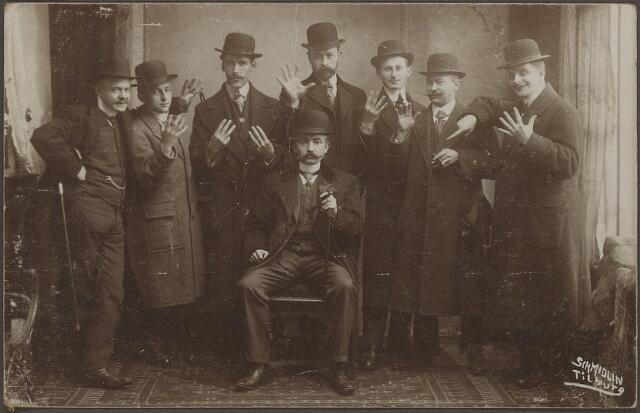 604014 - Familie Dudar, Tilburg.Ter gelegenheid waarvan deze foto werd genomen is onbekend. Ze hadden er in ieder geval wel plezier bij, getuige de vrolijke gezichten op de foto.