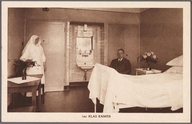 010886 - Elisabethziekenhuis. Gezondheidszorg. Ziekenhuizen. Een le klasse kamer in het St. Elisabethziekenhuis aan de Jan van Beverwijckstraat. Links een verpleegster, lid van de congregatie van de zusters van Liefde van O.L.V. Moeder van Barmhartigheid (Oude Dijk).