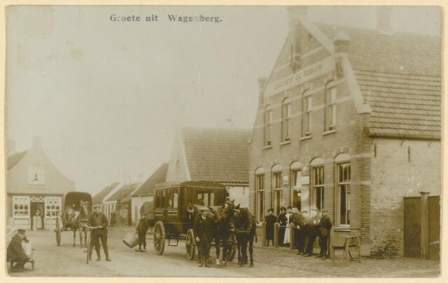 """89133 - De omnibus voor """"Logement De Roskam"""", nu Dorpsstraat 60. Tot omstreeks 1920 onderhield deze met twee paarden bespannen omnibus de verbinding tussen Made en Breda. Deze voorloper van het openbaar vervoer werd geëxploiteerd door Van Alphen, de waard van De Roskam. Via de achterzijde konden de passagiers instappen en in de winter waren er warmwaterstoven in de bus. Achter het rijtuig staat de toenmalige openbare jongensschool. Voor het schilderachtig winkeltje van De Leeuw staat een bakkerskar."""
