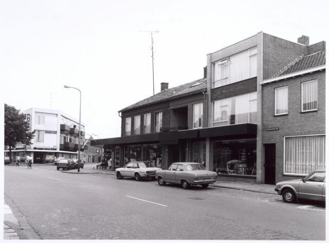 016673 - Broekhovenseweg. Het winkelpand op de hoek staat op de plek waar vroeger de boerderij van de familie Willemse stond. De Rabobank staat op de hoek met de Radiostraat