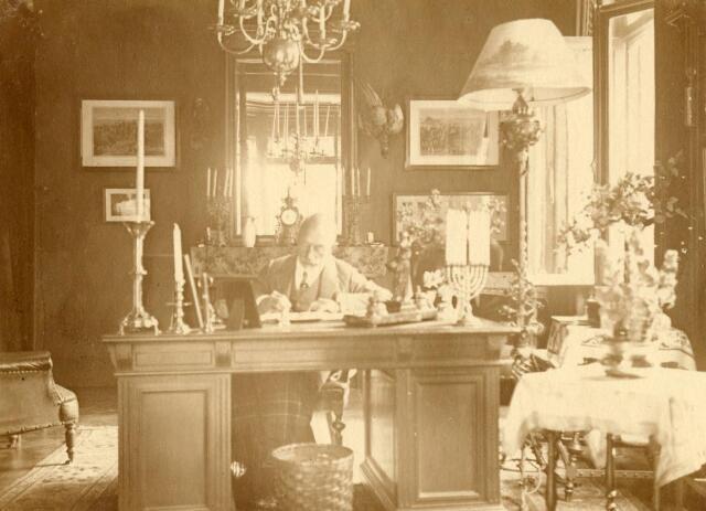 600551 - Interieur. Kasteel Loon op Zand. Achter het bureau: jonkheer mr. Fr.X.A. Verheyen (1852-1929), rechter in Den Bosch en 21 jaar lid van de 1e en 2e Kamer. (Families Verheyen, Kolfschoten en Van Stratum)
