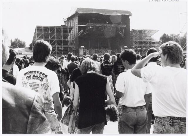 043425 - Op 4 september 1988 vond in het stadion van Tilburg muziekevenement plaats getiteld 'Monsters of Rock'.