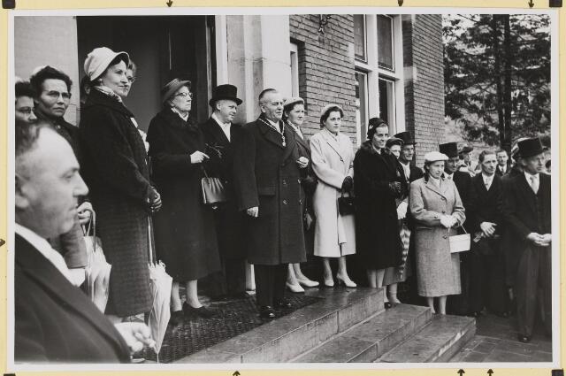 072867 - Afscheid burgemeester J.H. Bardoel.  Poseren op het bordes. Vanaf links: A. Rijnen, mevr. Wolfs-op 't Hoog, J v.d. Loo-v.d. Loo, A. Schreppers, Mevr. Bardoel-Schreppers, Th. van Delft, burgemeester Bardoel, mevr. Rijnen-Kastelijns, mevr. Swinkels, mevr. van Delft- Weijers, G. Ketelaars. Uiterst rechts: W. vd. Loo.