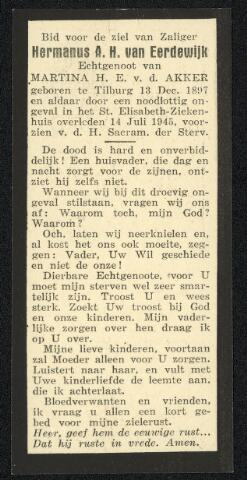604388 - Bidprentje. Tweede Wereldoorlog. Oorlogsslachtoffers. Hermanus Antonius H. van Eerdewijk, geboren op 13 december 1897 te Tilburg en overleden op 14 juli 1945 ook in Tilburg.  De terugtrekkende Duitse militairen hadden geprobeerd de optrekkende geallieerde troepen te vertragen of te doden door het ingraven van landmijnen en het leggen van boobytraps. Van Eerdewijk was bezig met het demonteren van een vliegtuigradio, toen de radio explodeerde.