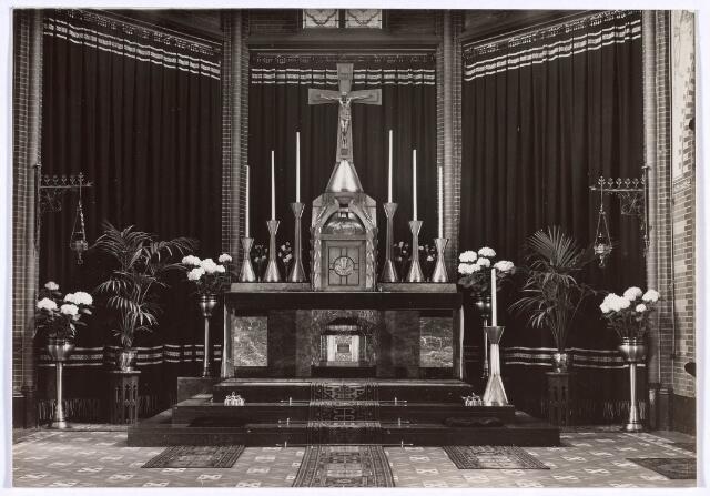 018623 - Altaar in de kapel van het moederhuis van de fraters aan de Gsthuisstraat (nu Gasthuisring). Foto dateert van omstreeks 1930