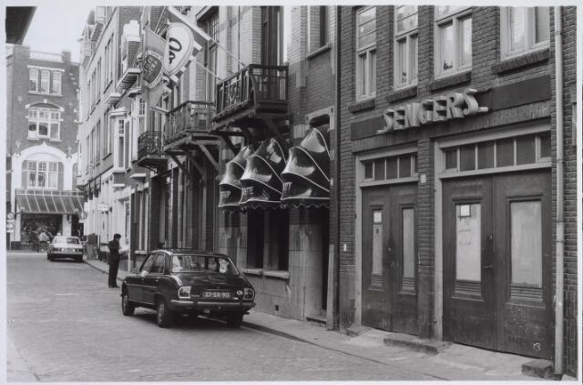 025553 - Winkels aan de Langestraat, met op de achtergrond de Heuvelstraat