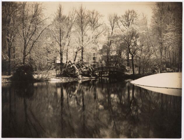 035118 - Zicht over de vijver naar het bruggetje in het Wilhelminapark in de winter van 1927