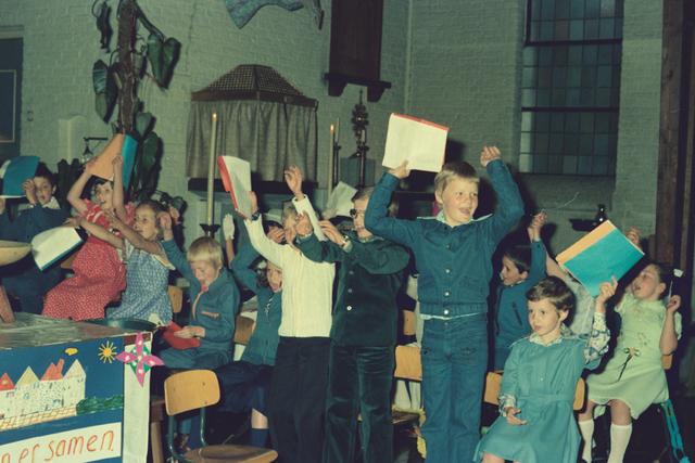 1237_012_978_019 - Religie. Kerk. Katholiek. Communicanten. De eerste Heilige Communie in de Sint Lidwina parochie in mei 1976.