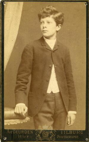 602005 - Henri F.A. van Beurden (Tilburg 1874-1930), zoon van de hoffotograaf Adriaan van Beurden en Magdalena Niederau. Henri was boekhouder van beroep van 1902 tot aan zijn overlijden secretaris van voetbalclub Willem II.