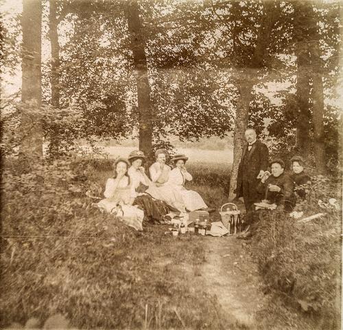 653603 - Mastbos, groepsfoto genomen tijdens een picknick. (Origineel is een stereofoto.)