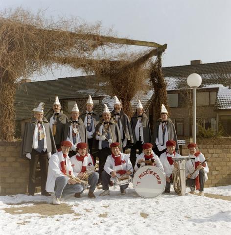1237_012_931_001 - Carnaval Goirle, raad van elf met T Muziekske.