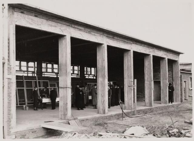 100282 - Voortgezet onderwijs. Eerste steenlegging van de bouw van een ambachtsschool (receptie)