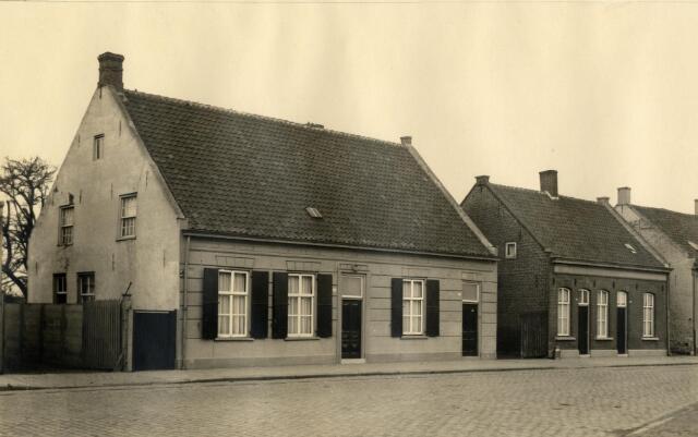 650614 - Schmidlin. De panden Julianapark 13 tot en met 19, vanwege de aanleg van de Ringbaan-Noord verkocht aan de gemeente Tilburg en afgebroken, omstreeks 1938.