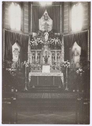 018618 - Altaar in de kapel van het moederhuis van de fraters aan de Gasthuisstraat (nu Gasthuisring). Het is versierd ter gelegenheid van het Mgr. Zwijsenfeest in oktober 1927
