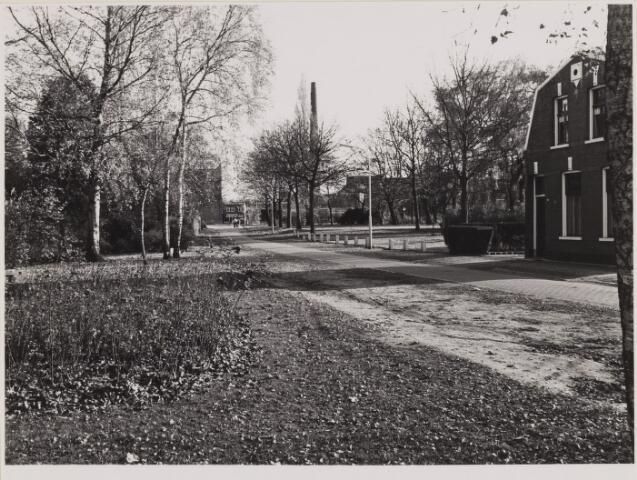 085414 - Dongen. Nieuwstraat. Met op de achtergrond de schoorsteen van de melkfabriek.