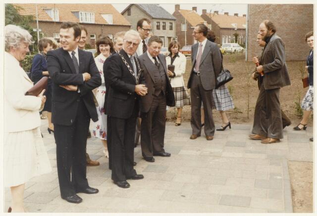 91161 - Made en Drimmelen. Opening van de Stuifhoekschool in 1980. A.J. Hermes, straatssecretaris van Onderwijs en Wetenschappen staat rechts naast burgemeester Harry (H.W.G.) Opheij (met ambtsketen)