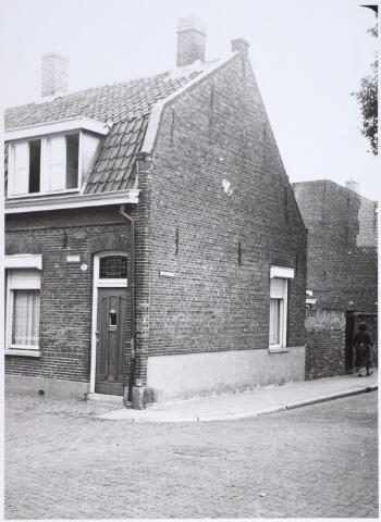 014913 - Pand Voorstraat 20, hoek Atelierstraat. Het werd gesloopt voor de aanleg van de Besterdring.
