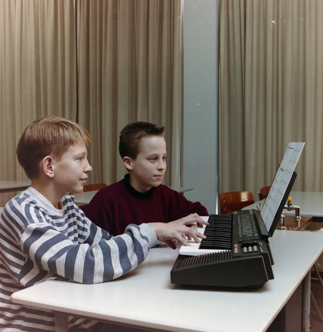 1237_012_975_001 - Onderwijs.Middelbare school. Les op het St. Canisius Mavo aan de Korvelseweg in 1993.