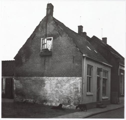 033835 - Zij- en voorgevel van de winkel Liega Vogelvoeders aan de Veestraat 14.