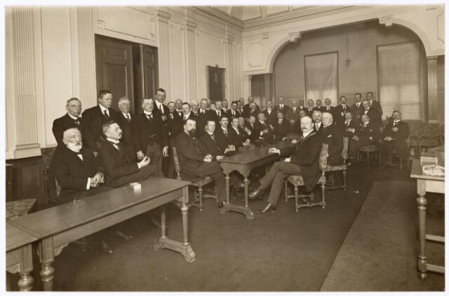 104040 - Congressen. Opening van het Wilhelminakanaal op 4 april 1923. rechts van de tafel: Burgemeesteer Vonk de Both, daarnaast zittend oud-burgemeester Raupp, geheel rechts Frans Smulders. Geheel links Frans Verbunt, daarboven met witte boord secretaris Miessen.