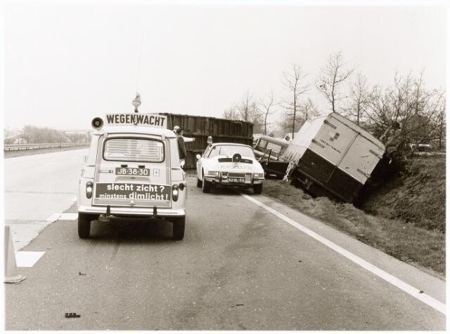 039237 - Volt, Hulpafdelingen, Vrachtwagens. Expeditie,  Vervoer, Logistiek. Verkeersongeluk omstreeks april 1975 op de weg Eindhoven-Tilburg ter hoogte van de afslag Moergestel.