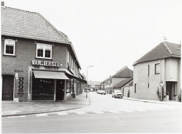 """034961 - Bakkers. """"De broodspecialist van Iersel"""" Wilhelminapark/ hoek Abr. Kuijpersstraat"""