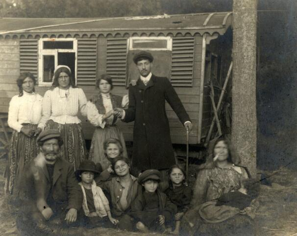 602567 - Zigeunerfamilie poserend voor hun wagen.