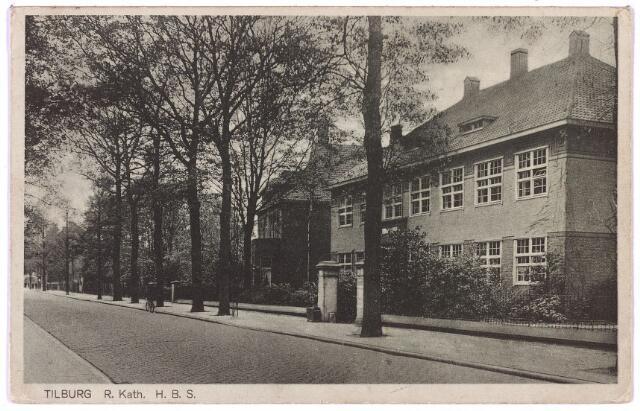 002655 - Odulphus. Bosscheweg, nu Tivolistraat met rechts het gebouw van de R.K. Leergangen. De oprichting van de R.K. Leergangen in 1918 was een initiatief van het genootschap 'Ons Brabant' en het St. Odulphuslyceum. In september 1918 werd aan de 'commissie van oprichting' bestaande uit dr. P.C. de Brouwer, dr. G.M. Kusters en dr. Ph. Taminiau, opdracht gegeven om de benodigde grond en een gemeentelijke subsidie te verwerven. Grond en geldmiddelen werden toegezegd door de gemeente op voorwaarde dat de curatoren instonden voor de komst van een onderwijsinstelling bestaande uit vier afdelingen: algemene wetenschappen, een handelshogeschool, een academie voor beeldende kunst en een conservatorium. Eerder, in juli 1918 hadden de curatoren van de Leergangen te 's-Hertogenbosch besloten om deze onderwijsinstelling van 's-Hertogenbosch naar Tilburg te verplaatsen. In augustus 1918 werd opdracht gegeven tot de bouw van een noodlokaal aan de Lange Schijfstraat (nu Noordhoekring) andere afdelingen, o.a. het rectoraat en de 'boekerij' werden ondergebracht in het Elisabethgebouw aan de Antoniusstraat. De opening in 1918 zorgde voor enige commotie. Deze was geregeld door de rector zonder overleg met de president van het college van curatoren. Gevolg was dat het Tilburgse college van B. & W. niet bij de opening aanwezig was. In oktober 1918 volgde de oprichting van de studentenvereniging St. Leonardus in het verenigingslokaal: de bovenzaal van  l' Industrie aan de Heuvel. Pas in maart 1924 werd de nieuwbouw van de R.K. Leergangen onder architectuur van Joseph Th.J. Cuijpers aanbesteed. Aannemer werd de firma W. & H. Sorre uit Venlo. Een reeds bestaande garage werd verbouwd tot bibliotheek door de Tilburgse firma J. van Riel-Huijbregts. Op zaterdag 11 oktober 1924 werd het nieuwe collegegebouw ingewijd door mgr. Diepen. De plechtigheid begon met een mis in de kerk van de Heuvel waar een koor de vierstemmige Missa Reginae Pacis zong van Willem van Kalmthout, directeur van het cons