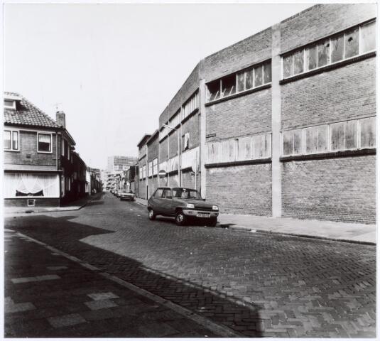 017364 - Clercxstraat bezien in de richting van de Piusstraat en bezien vanuit de Galjoenstraat. Rechts een geparkeerde auto Renault 5 en de leegstaande, fabriek van Swagemakers Bogaerts.